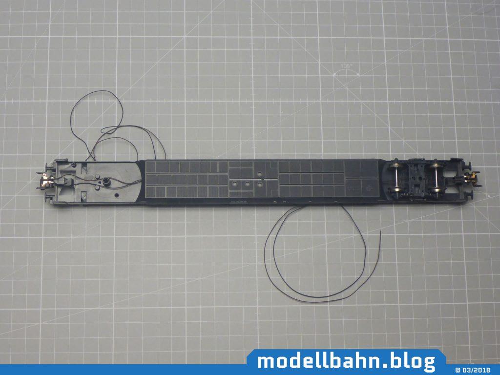 Wagenboden mit montierten stromführenden Kupplungen. Links ist das Drehgestell abgezogen und den Kabelverlauf gut darstellen zu können